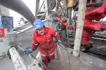 15.02.2010, Jemgum. Ein Arbeiter installiert Kabel am Bohrturm auf dem Bohrgelaende: Die EWE AG beginnt offiziell damit, die ersten Erdgaskavernen in dem unterirdischen Salzstock bei Jemgum zu solen. Das bedeutet, es wird Frischwasser aus der Ems in die im Salzstock angelegten Bohrloecher geleitet und die Hohlraeume werden so ausgespuelt.