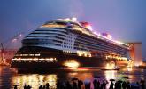 30.10.2010, Papenburg. Das größte bisher in Deutschland gebaute Kreuzfahrtschiff, die Disney Dream, verlässt am Abend das Baudock der Meyer Werft. Es hat eine Länge von 340 Metern, eine Breite von 37 Metern und bietet Platz für bis zu 4000 Passagiere.