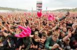 Besucher des 16. Hurricane-Festivals feiern am Samstag (23.06.12) im niedersaechsischen Scheeßel (Kreis Rotenburg-Wuemme) die Band Madsen. Bei dem dreitaegigen Musikfestival treten mehr als 90 Bands aus der Rock-, Pop- und Electro-Szene vor 90.000 Musikfans auf.