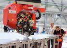 31.08.2010, Stade. Mitarbeiter am Airbusstandort Stade bedienen einen so genannten Tapeleger, der den Kohlefaserverbundwerkstoff schichtweise zu einer Fluegeloberschale des neuen Airbus A350 verbindet, fuer den jetzt die Produktion in Deutschland begonnen hat. Als erstes Bauteil wird die obere Fluegelschale aus Kohlenwasserverbundstoff gefertigt. Mit ueber 32 Metern Länge ist es das weltweit groesste CFK-Bauteil, das bei Airbus gefertigt wird.