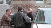 """Der 18-jaehrige Tatverdaechtige (mit Jacke ueber dem Kopf) im Mordfall Lena wird am Sonntag (01.04.12) vor dem Amtsgericht Emden von Kriminalpolizisten in ein Polizeiwagen gebracht, nachdem gegen den Mann Haftbefehl erlassen wurde. Der am Samstag (31.03.12) in Emden festgenommene Tatverdaechtige soll nach Informationen der """"Bild am Sonntag"""" für die Polizei kein Unbekannter sein. Der junge Mann solle bereits im Herbst 2010 wegen Sachbeschaedigungen in dem Parkhaus der ostfriesischen Stadt, in welchem das Maedchen vor einer Woche tot aufgefunden wurde, zusammen mit anderen Jugendlichen auffaellig geworden sein, berichtete die Zeitung. Außerdem werde überprueft, ob moeglicherweise ein Zusammenhang mit einer versuchten Vergewaltigung vom Herbst 2011 unweit des Parkhauses bestehe, als eine Joggerin attackiert wurde und entkommen konnte. (Foto zu dapd-Text)"""