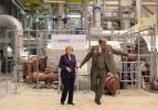 26.08.2010, Lingen. Bundeskanzlerin Angela Merkel und bundesumweltminister Nobert Roettgen besuchen das gerade erst in Betrieb genommene Gas- und Dampfturbinenkraftwerk von RWE Power. Begleitet werden sie dabei u.a. von Dr. Juergen Grossmann, Vorstand RWE. Die Kanzlerin besucht im Rahmen ihrer Energiereise den Energiekonzern RWE.