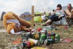 """Ein als Hase verkleideter Besucher des 16. Hurricane-Festivals im niedersaechsischen Scheeßel (Kreis Rotenburg-Wuemme) liegt am Freitag (22.06.12) neben einem Holzkreuz mit der Aufschrift """"R.I.P. Niveau"""". Bei dem dreitaegigen Musikfestival treten mehr als 90 Bands aus der Rock-, Pop- und Electro-Szene vor 75 000 Musikfans auf. Karten gibt es an der Tageskasse keine mehr, das Hurricane ist komplett ausverkauft. (Foto zu dapd-Text)"""