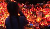 Ein kleines Maedchen weint am Montag (26.03.12) vor dem City Parkhaus am Wasserturm in Emden. Davor brennen zum Gedenken an den gewaltsamen Tod eines elfjaehrigen Maedchens Kerzen. Die Polizei hat am Montag den Tatort weitraeumig nach Hinweisen abgesucht. Etwa zweitausend Menschen gedachten am Montag (26.03.12) vor dem City Parkhaus am Wasserturm in Emden des ermordeten elfjaehrigen Maedchens. Etwa zwei Dutzend Polizisten waren am Vormittag auf allen drei Ebenen des Emder Parkhauses im Einsatz, um Spuren zu finden. Die Leiche des Maedchen war dort am Samstagabend (24.03.12) entdeckt worden. Ausserdem durchforsteten die Beamten Buesche angrenzender Wege nach einer Tatwaffe. Nach Angaben des Leiters der Mordkommission fiel das Maedchen einem Sexualdelikt zum Opfer. (zu dapd-Text)